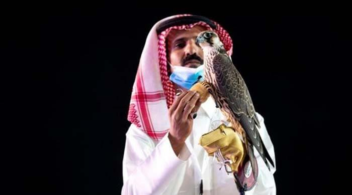(Сокол с новым хозяином. Фото: Media Center Saudi Falcons Club Auction via REUTERS)